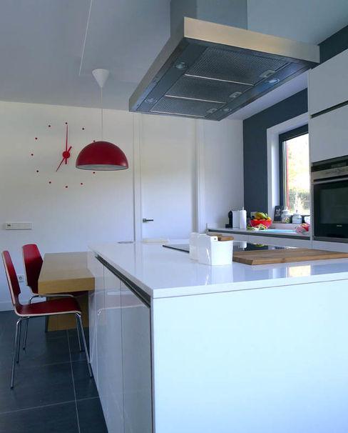 Vivienda en Fornos AD+ arquitectura Cocinas integrales Blanco