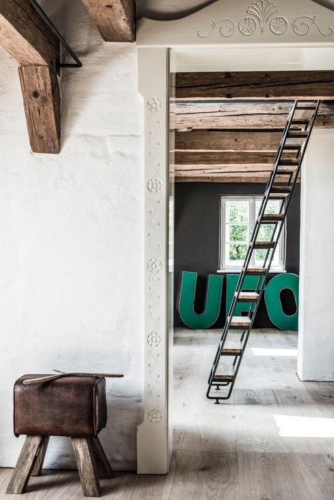 homify Pasillos, vestíbulos y escaleras de estilo clásico