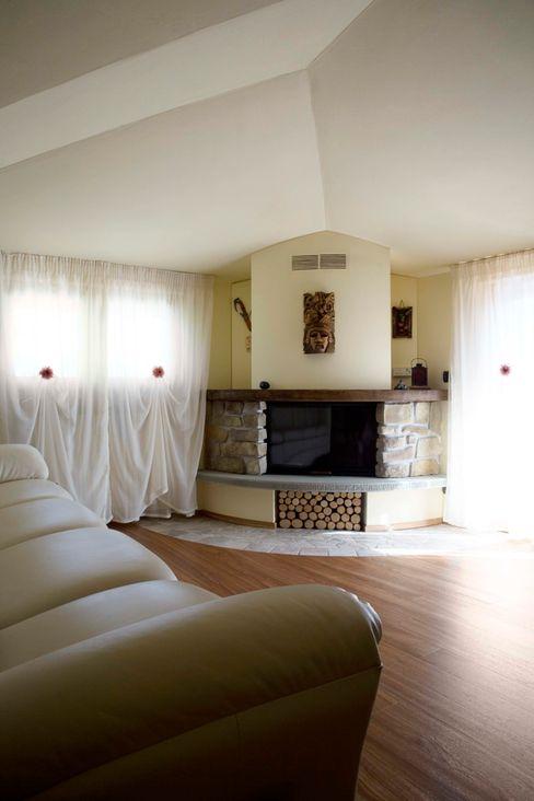Scala a chiocciola in Rovere e cristallo Arredamenti Caneschi srl Living room
