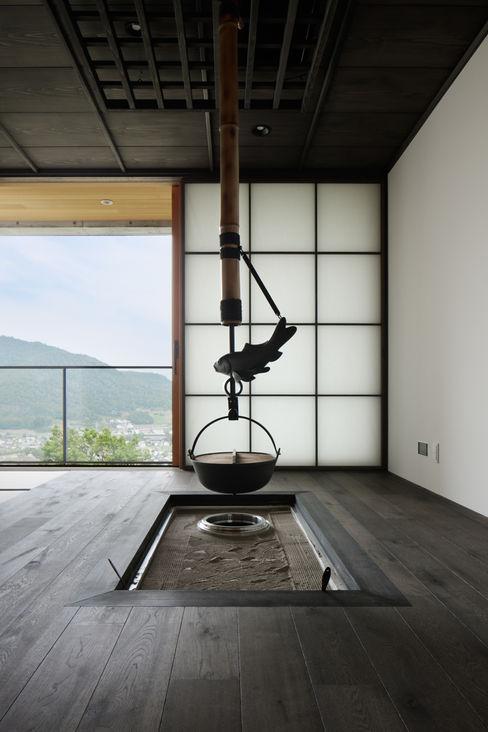 atelier137 ARCHITECTURAL DESIGN OFFICE Asiatischer Multimedia-Raum Holz Schwarz