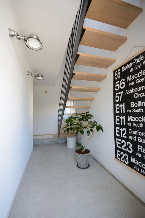 石躍健志建築設計事務所 Modern corridor, hallway & stairs