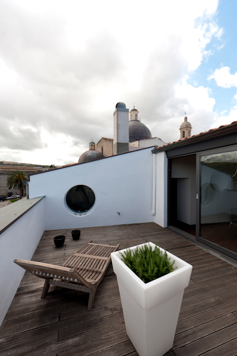 Officina29_ARCHITETTI Modern balcony, veranda & terrace