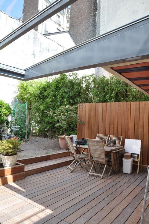 Terrasse bois sur jardin LA TRAVERSE architecture Balcon, Veranda & Terrasse minimalistes
