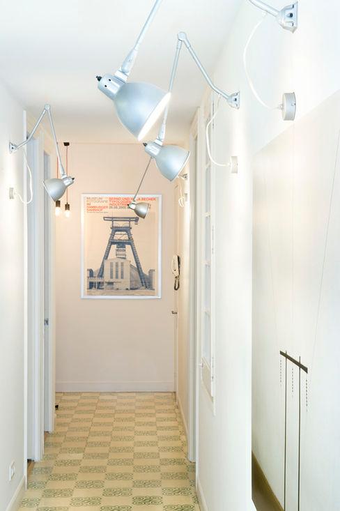 Vivienda en Sant Joan. Barcelona Egue y Seta Pasillos, vestíbulos y escaleras de estilo escandinavo