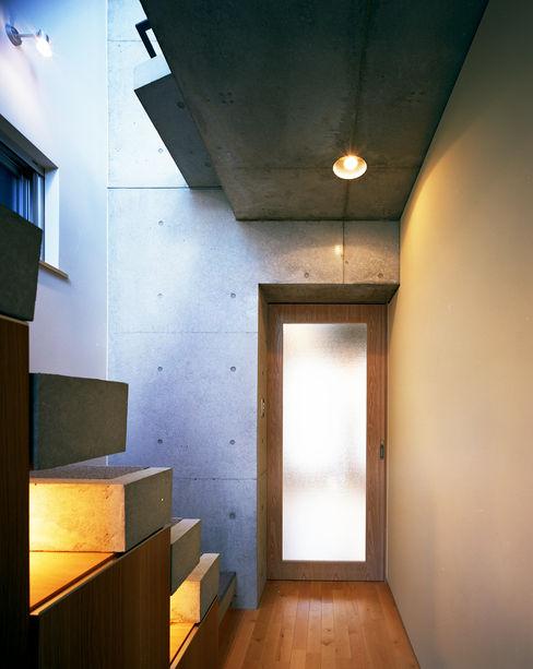 西島正樹/プライム一級建築士事務所 에클레틱 복도, 현관 & 계단