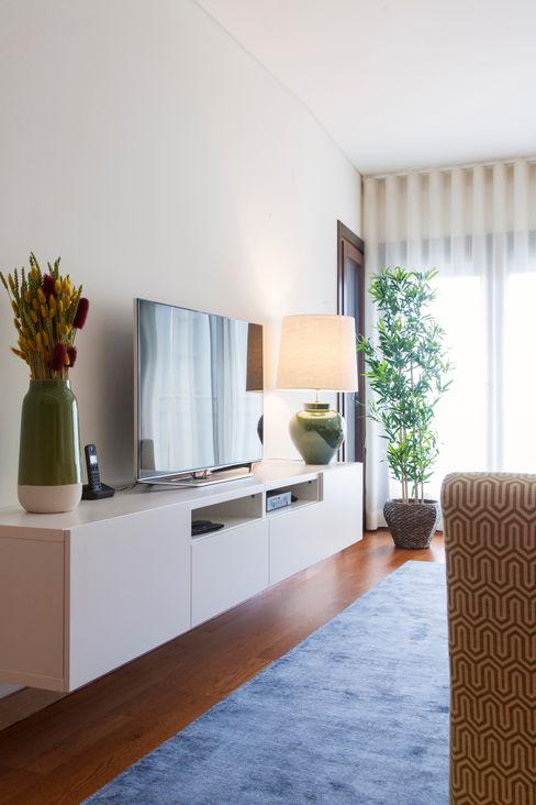 Sala Comum_Zona de Estar, móvel TV Traço Magenta - Design de Interiores Salas de estar modernas