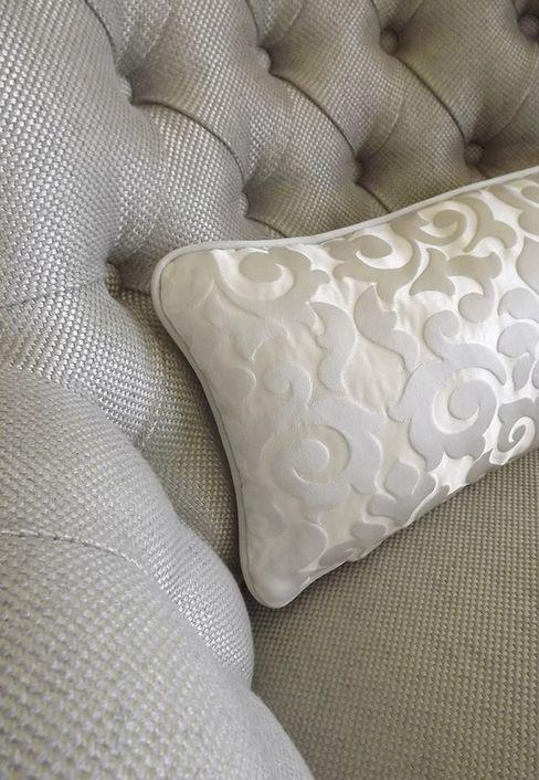 Pormenor da poltrona com almofada Traço Magenta - Design de Interiores Quartos clássicos
