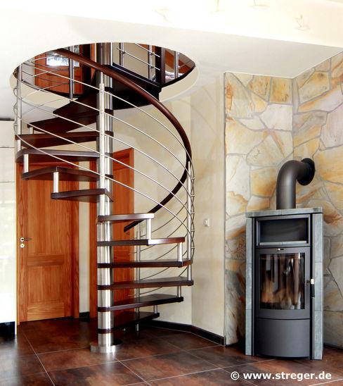 Spindeltreppe mit Galeriegeländer STREGER Massivholztreppen GmbH Moderne Wohnzimmer
