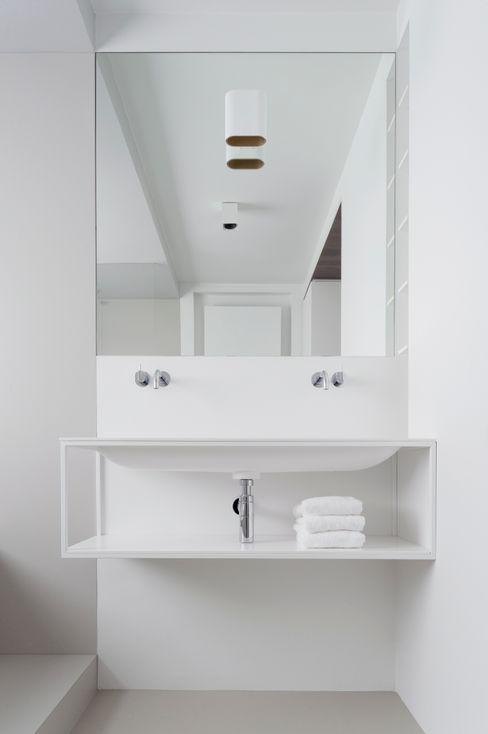 Not Only White B.V. Banheiros minimalistas