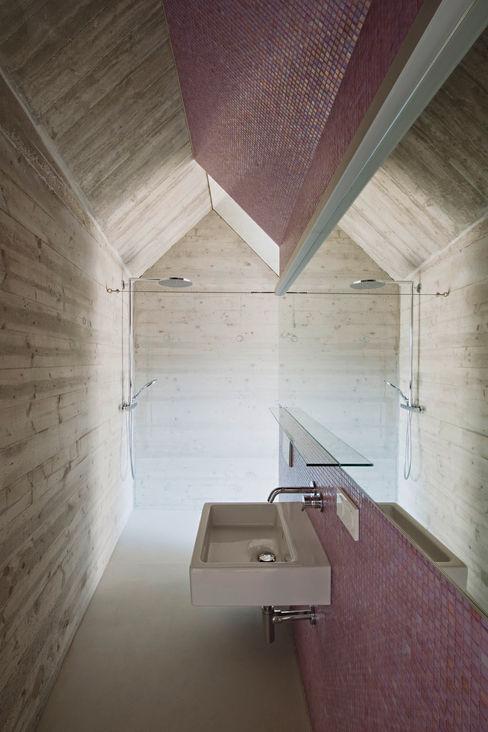 cj_5 - housing in urban density Caramel architekten Ausgefallene Badezimmer