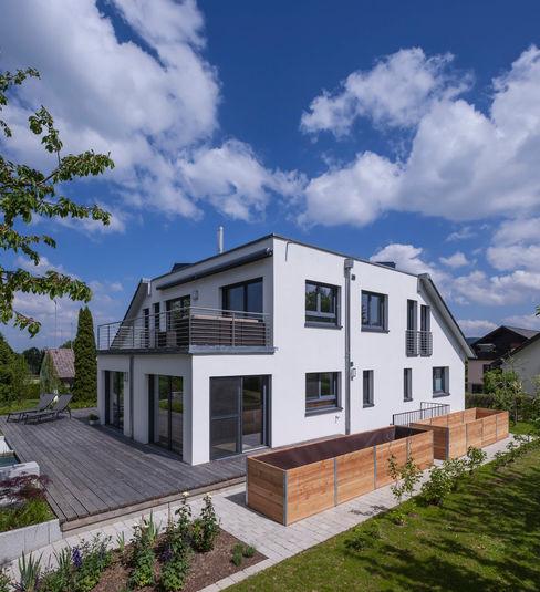 Ein ungewöhnlicher Umbau für zwei Familien KitzlingerHaus GmbH & Co. KG Moderner Balkon, Veranda & Terrasse