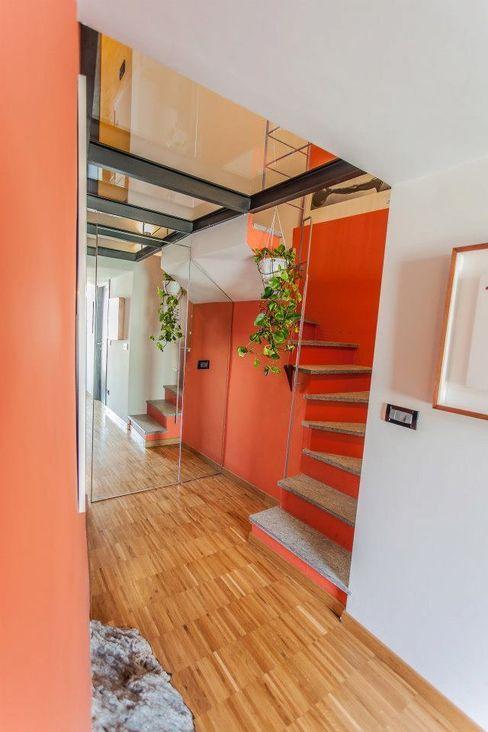 UAU un'architettura unica Pasillos, vestíbulos y escaleras de estilo moderno