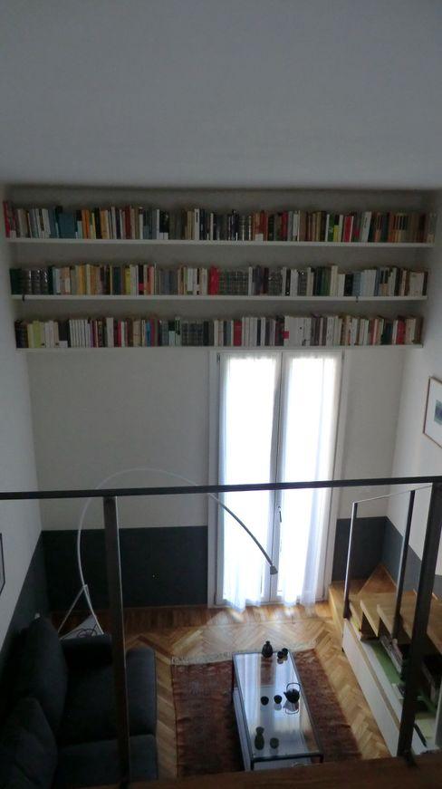 Libreria sopra finestra Arch. Silvana Citterio Soggiorno in stile industriale