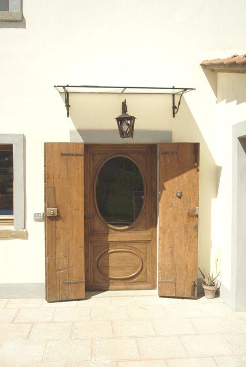 arch. Fabrizio Di Sangro Puertas y ventanas de estilo rústico
