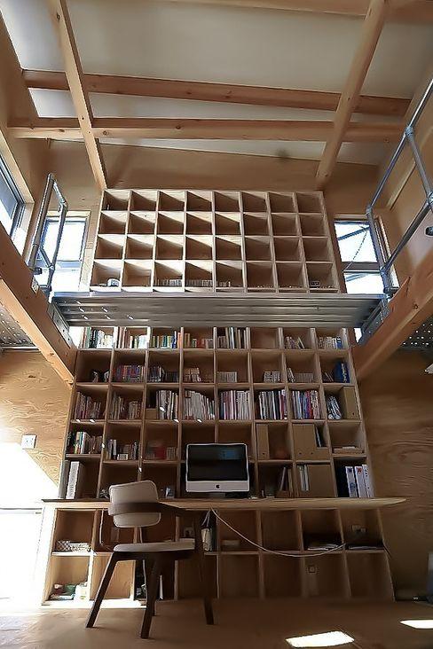 MST3-house. AtelierorB インダストリアルデザインの 多目的室 木目調