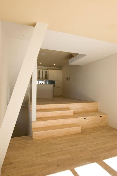 階段やベンチ収納も遊び場になる 山本陽一建築設計事務所 オリジナルデザインの リビング