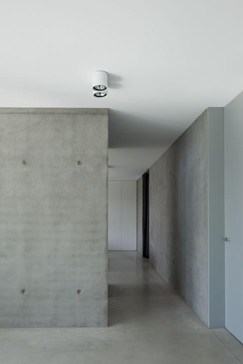 pluspunt architectuur Paredes y suelos de estilo minimalista