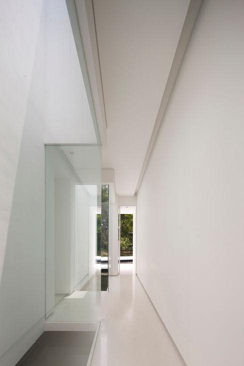 白의 집 _ NEED21 ASSOCIATES 모던스타일 복도, 현관 & 계단