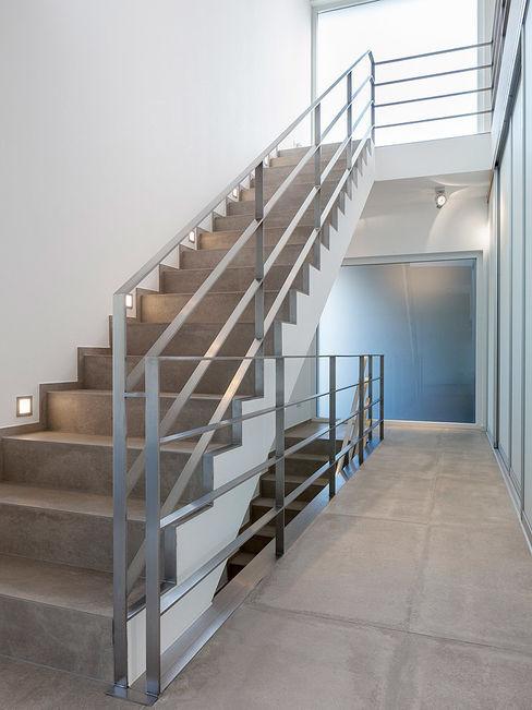 Skandella Architektur Innenarchitektur Ingresso, Corridoio & Scale in stile minimalista