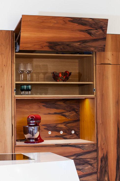 Ouverture à assistance électrique : les portes relevables s'ouvrent avec un léger effleurement et se referment par simple pression sur un bouton radio Charlotte Raynaud Studio Cuisine moderne