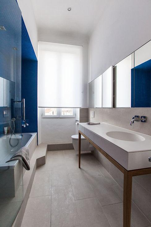 Un jeu de reflets étonnants s'effectue avec la niche et agrandit les perspectives Charlotte Raynaud Studio Salle de bain scandinave