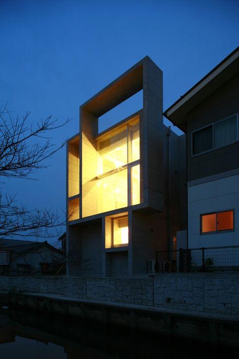 西側夜景。 白根博紀建築設計事務所 モダンな 家