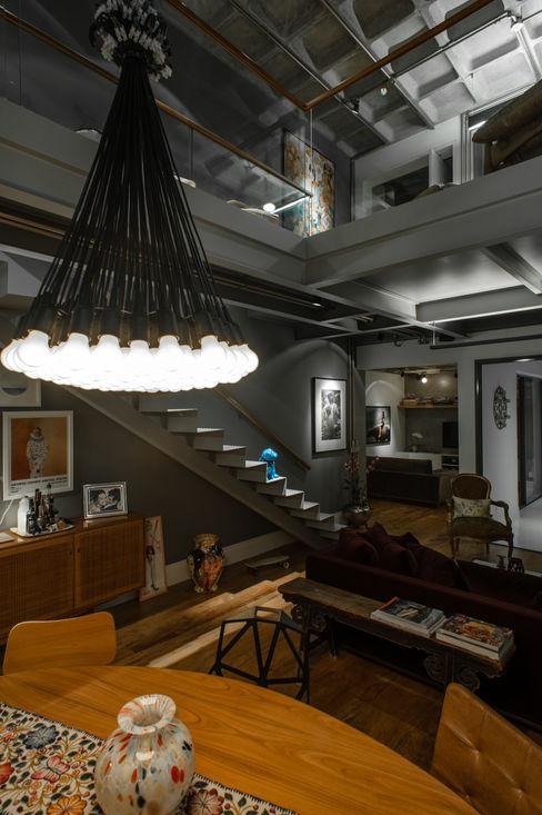 PM Arquitetura 工業風的玄關、走廊與階梯
