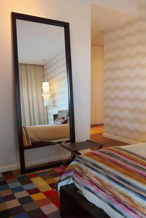 Contemporaneity seeing the river… Tiago Patricio Rodrigues, Arquitectura e Interiores Modern style bedroom