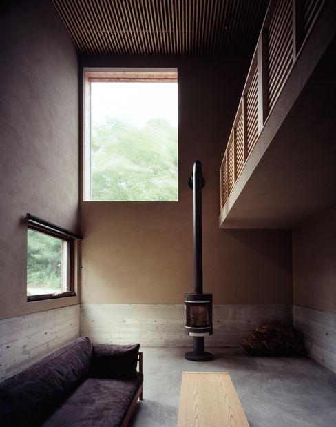 暖炉空間 合同会社永田大建築設計事務所 リビングルーム暖炉&アクセサリー 木 木目調