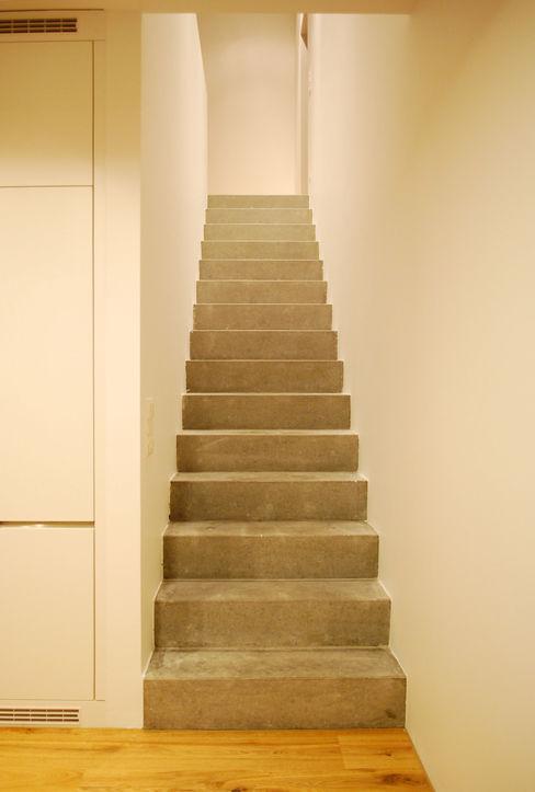 Marc Saladin Architekten GmbH Pasillos, vestíbulos y escaleras de estilo minimalista