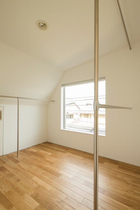 斜め天井のウォークインクローゼット 株式会社 建築集団フリー 上村健太郎 モダンデザインの 多目的室
