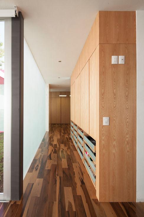 Echauri Morales Arquitectos Corredores, halls e escadas minimalistas