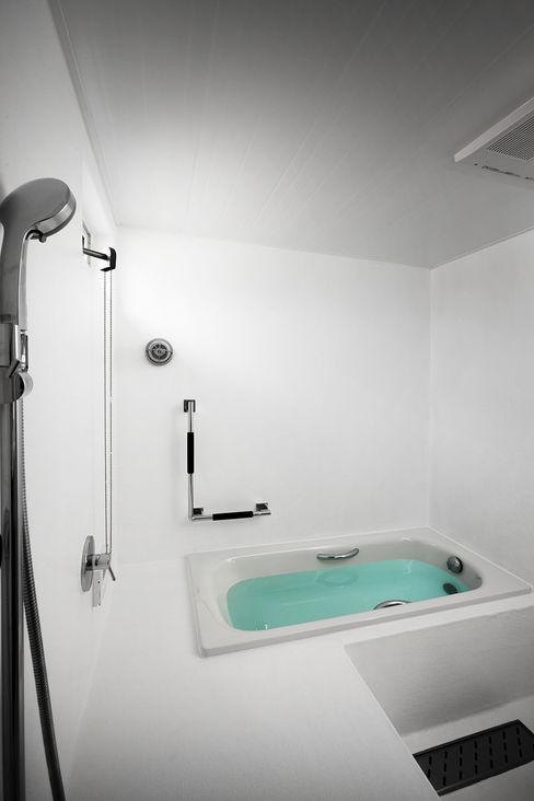 タクタク/クニヤス建築設計 Modern style bathrooms