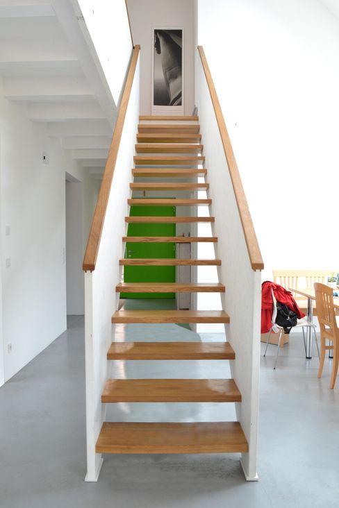 Halle mit Treppe arieltecture Gesellschaft von Architekten mbH BDA Moderne Esszimmer