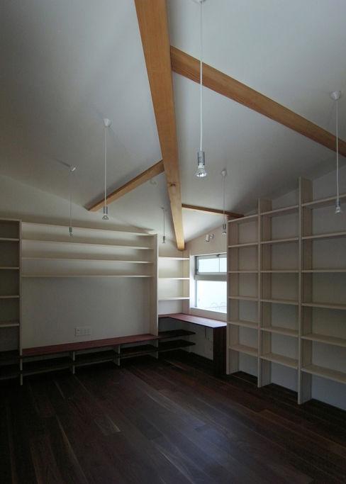 DROP ON LEAF 充総合計画 一級建築士事務所 モダンデザインの 多目的室