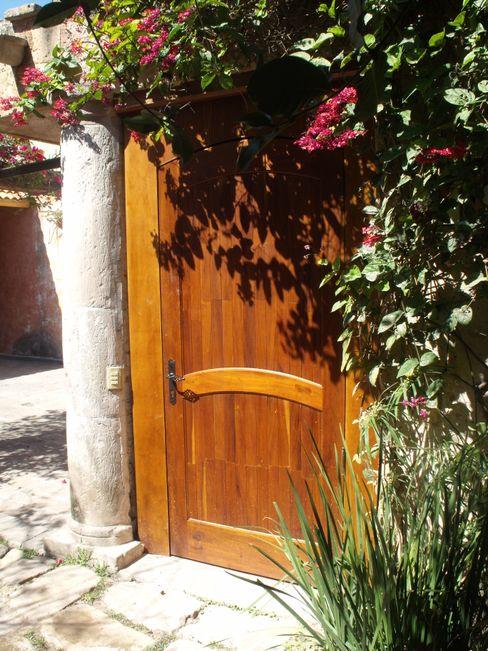 CONSTRUCTORA ARQOCE Puertas y ventanas de estilo rústico