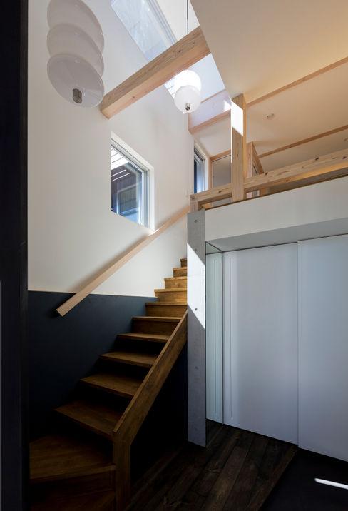 OPERA 充総合計画 一級建築士事務所 オリジナルスタイルの 玄関&廊下&階段