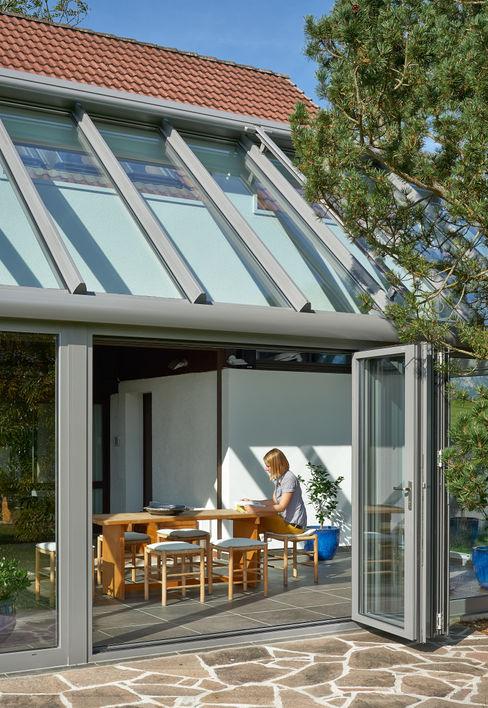 Hauserweiterung kombiniert mit Wind-, Regen- und Schallschutz Solarlux GmbH Moderner Wintergarten