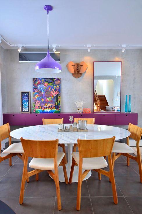 Sala concreto e berinjela Red Studio Salas de jantar modernas