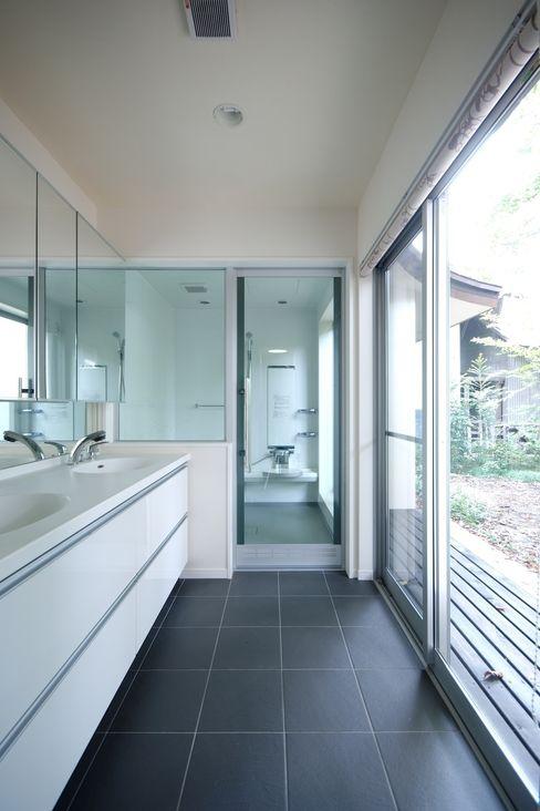 前田敦計画工房 Phòng tắm phong cách hiện đại