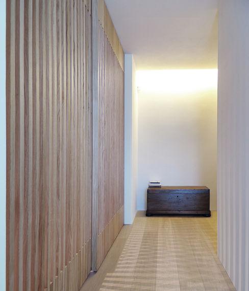 © Diego Collini Federica Stagni diegocolliniarchitetto Ingresso, Corridoio & Scale in stile minimalista
