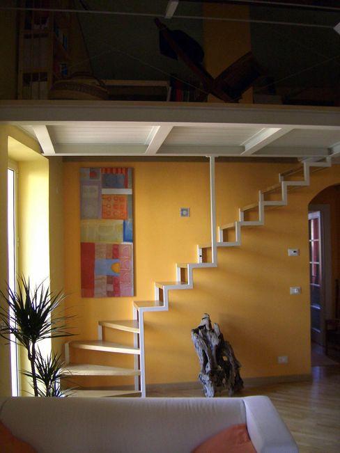 la scala su fondo arancione Antonella Liguori Architetto Soggiorno minimalista
