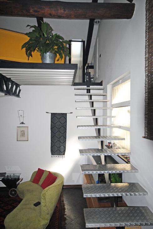 Scala di collegamento al soppalco ARCHILOCO studio associato Ingresso, Corridoio & Scale in stile industriale