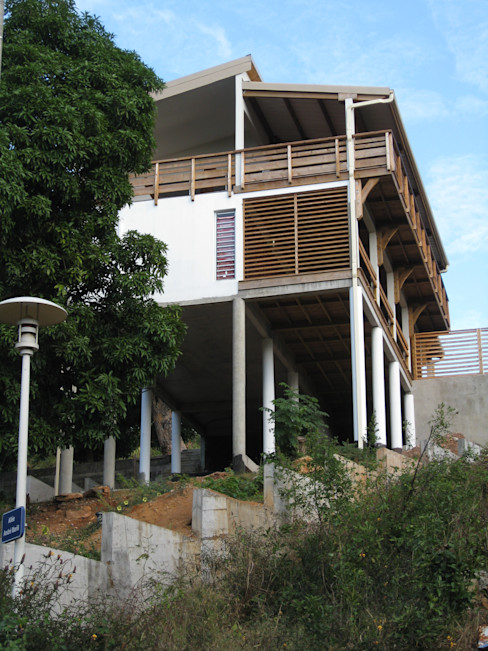 LAUTE house - Southern façade - from below STUDY CASE sas d'Architecture Tropical style houses