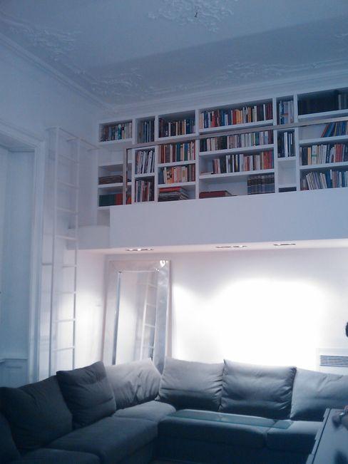 dettaglio soppalco e libreria su disegno monica giovannelli architetto Soggiorno moderno