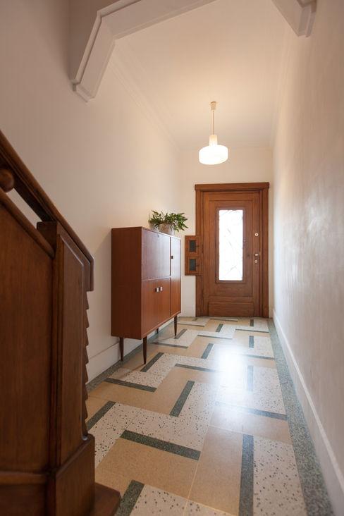 inkom woning studio k Moderne gangen, hallen & trappenhuizen