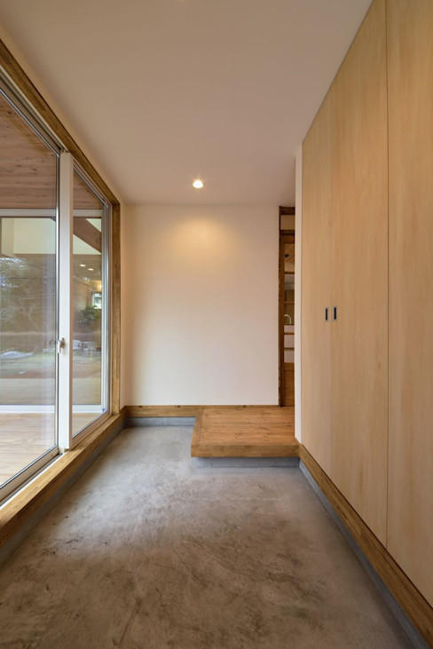 アトリエdoor一級建築士事務所 Couloir, entrée, escaliers modernes