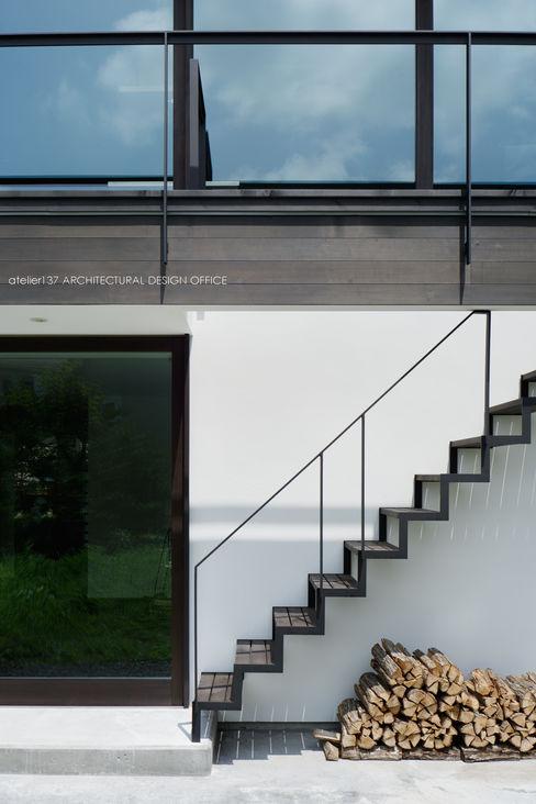 atelier137 ARCHITECTURAL DESIGN OFFICE Nowoczesny korytarz, przedpokój i schody Żelazo/Stal Czarny