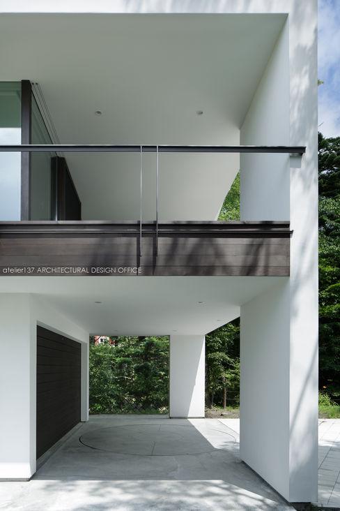 atelier137 ARCHITECTURAL DESIGN OFFICE Nowoczesny garaż Biały