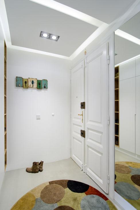 Projekt wnętrz apartamentu w kamienicy na krakowskim Kazimierzu COOLDESIGN Nowoczesny korytarz, przedpokój i schody